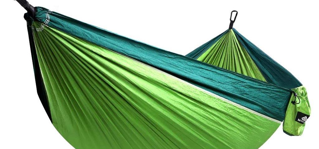 Grüne Hängematte als Urlaubsgeschenk