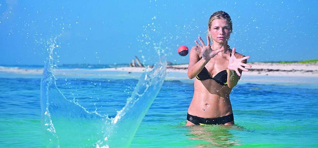 Wurfball Urlaubsgeschenke: Frau mit Wurfball